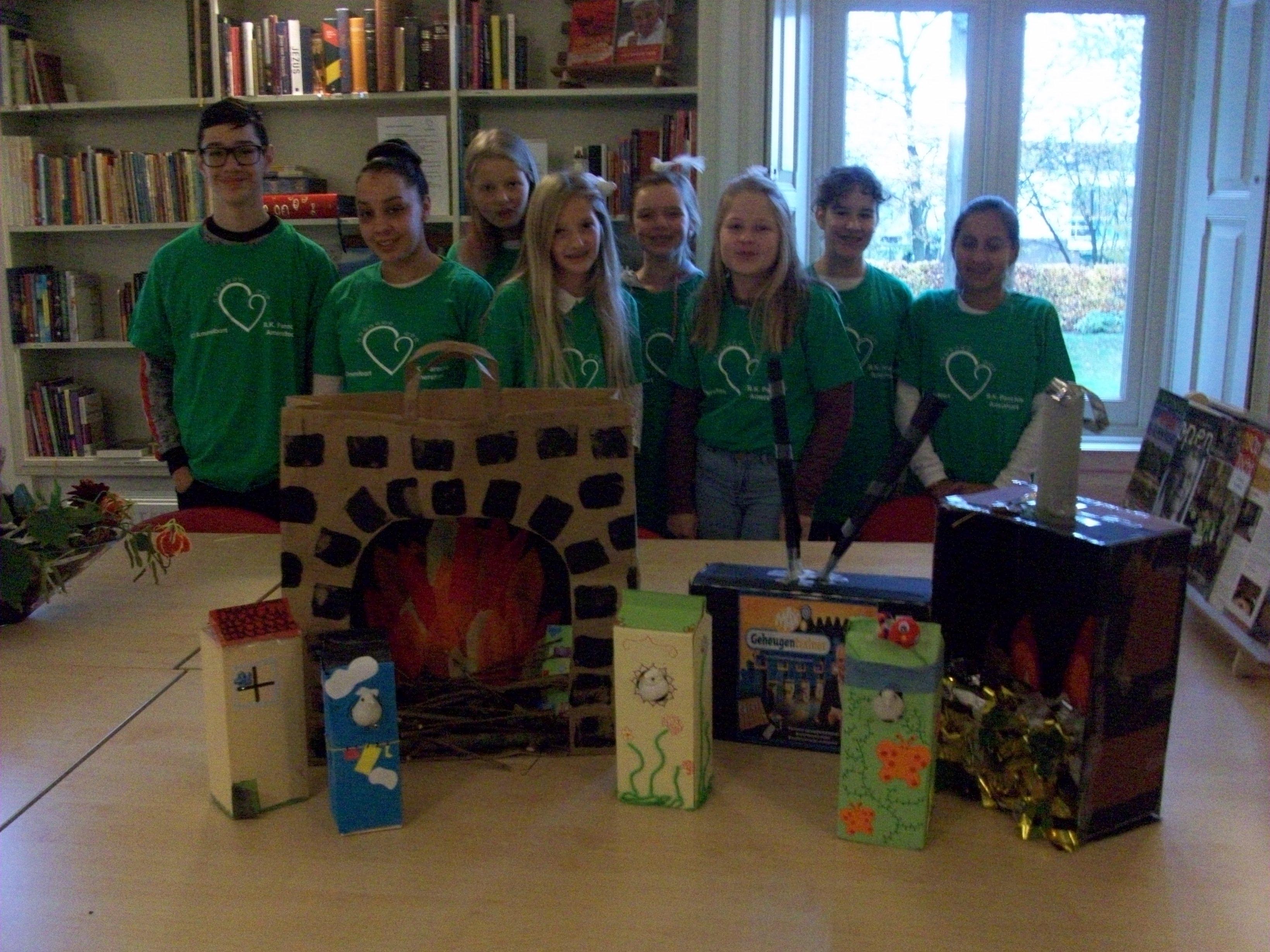 De jongeren van 2GetR 2016 hebben tijdens DiaconAction 2016 pepernoten gebakken en surprises gemaakt voor parochianen in Hoogland