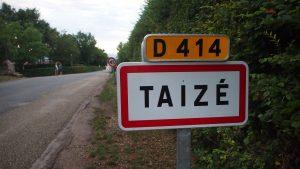 Na een lange reis zien we het bord van Taizé