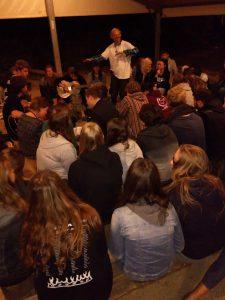 In de avond komen veel mensen bij elkaar in Oyak