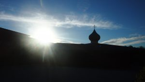 De zon komt op achter de kerk