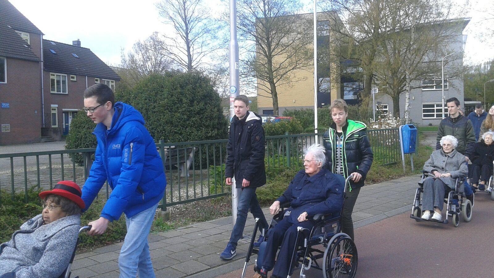 Jongeren van 2GetRone gaan op pad met bewoners van de Koperhorst
