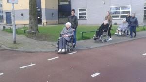 Jongeren van 2GetRone gaan rolstoelrijden voor bewoners van de Koperhorst