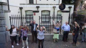Familieleden zwaaien de WJD pelgrims uit in Utrecht