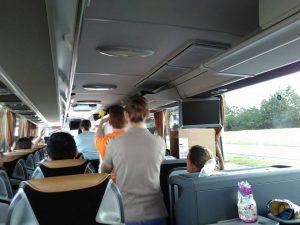 Tijdens het wachten in de bus maken we het gezellig