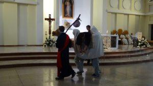 De barmhartige samaritaan zorgt voor de man