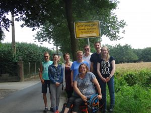 Groepsfoto van de fietsbedevaart bij de grens met Duitsland.