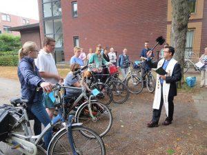 De jongeren die op de fiets naar Kevelaer gaan, krijgen de zegen voor een goede reis.