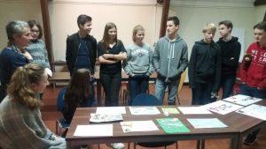 De jongerengroep bespreekt wat iedereen gemaakt heeft.