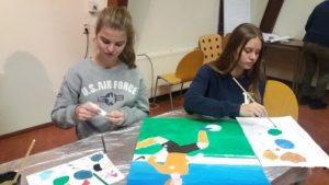 De jongeren gaan creatief aan de slag.