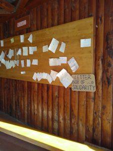 In Taizé is er een prikbord waar je aardige berichten kunt achterlaten voor een ander of waar je anderen kunt vragen om een bericht voor jezelf