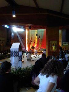Een lichtstraal valt de kerk in