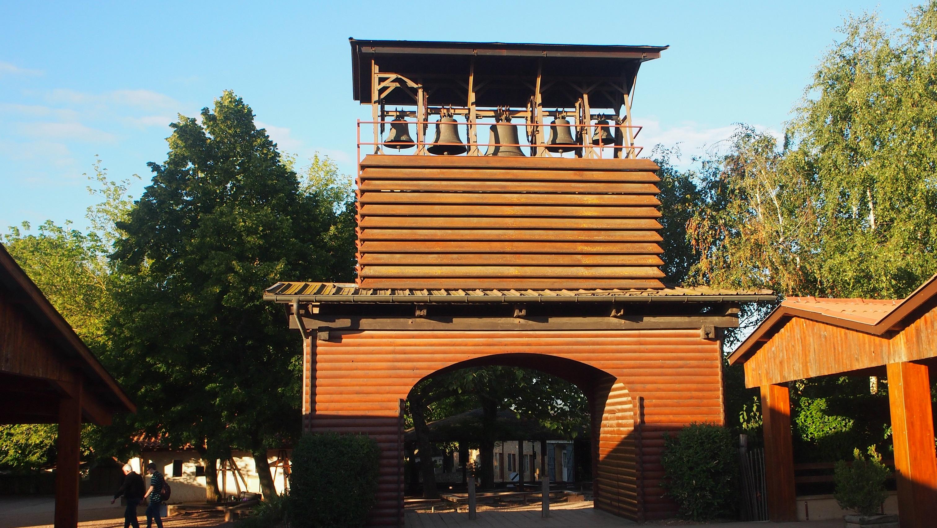 De Klokkentoren van Taizé staat los van de kerk