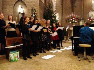 Projectkoor Young Spirits zong tijdens de jongerenmis op kerstavond 2016
