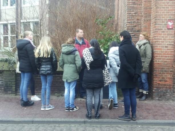 Straatadvocaat leidt jongeren van 2GetRone rond door 'dakloos' Amersfoort