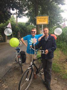 Organisatoren Henk en Arie werden in het zonnetje gezet omdat dit hun laatste keer op de fiets was