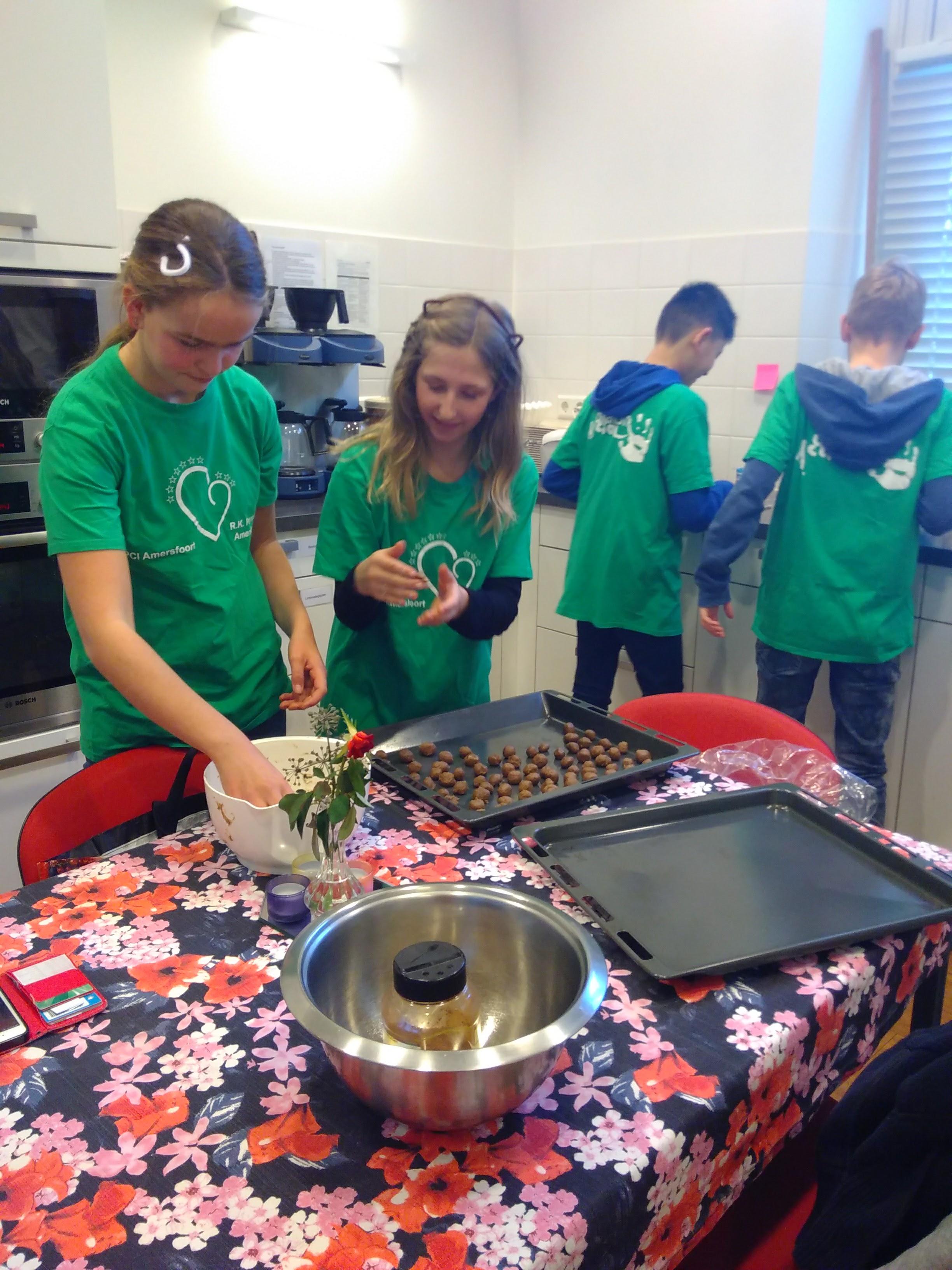 De jongste groep bakte pepernoten voor parochianen