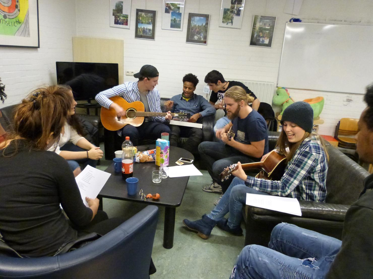 Jongeren uit verschillende culturen maken samen muziek om de week op maandagavond