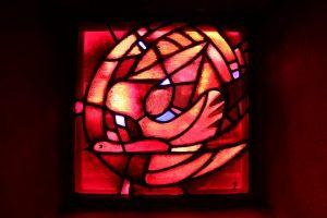 De kerk in Taizé heeft een aantal mooie glas-in-lood ramen