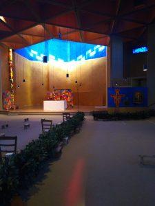 Het kruis dat achterin de kerk staat, wordt op vrijdagavond in het midden tussen de broeders neergelegd en blijft daar de hele avond liggen