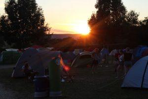 Als de avond valt, is het nog even gezellig bij de tenten