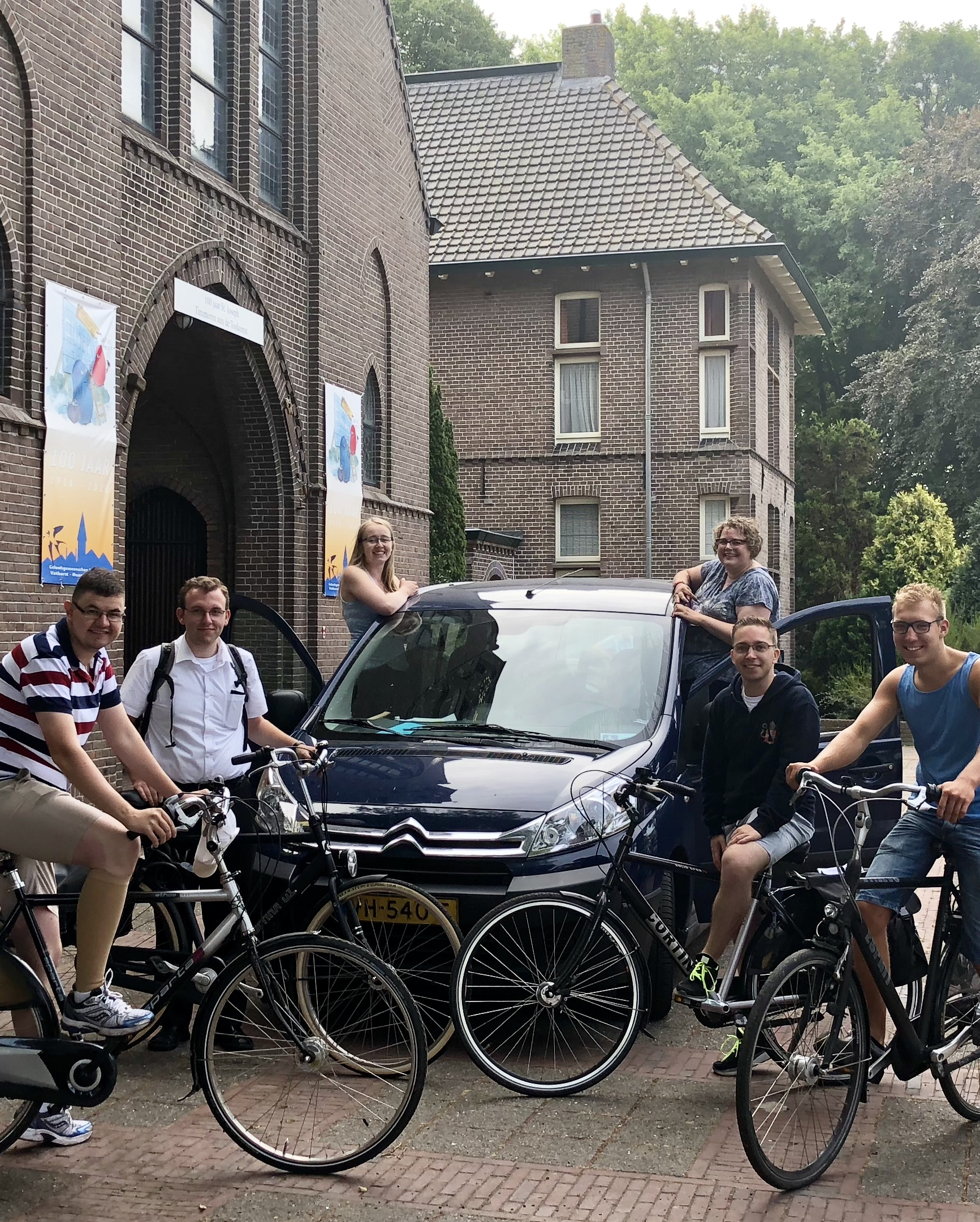 Na de reiszegen stapt de groep op de fiets