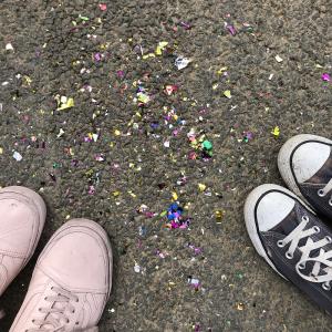 Op de foto zie je schoenen met confetti op de grond